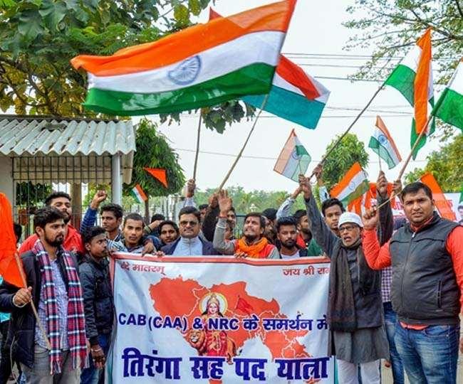 'दे के रहेंगे आजादी, अब तक दी है आजादी.. के नारे साथ सीएए का समर्थन
